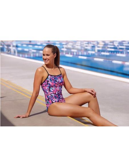Modella indossa il Limitless Funkita a bordo piscina