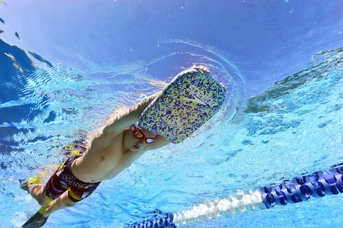 Un ragazzo utilizza la tavoletta Speedo con pinne da nuoto