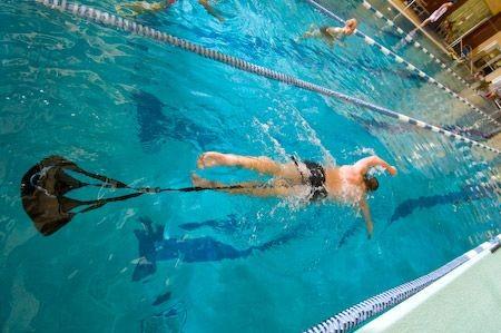 Nuoto con paracadute